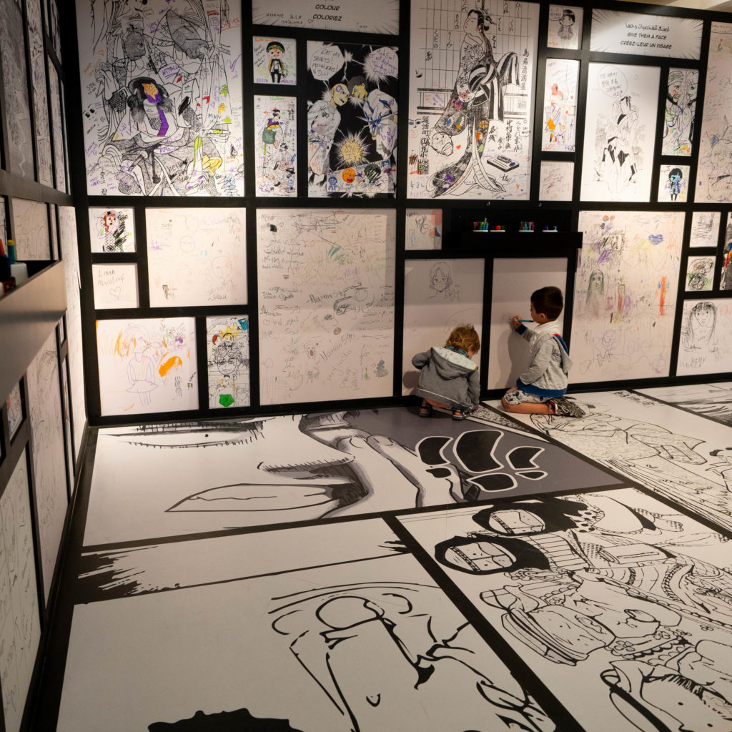 enfants dessinant sur le mur d'expression artistique au !ouvre