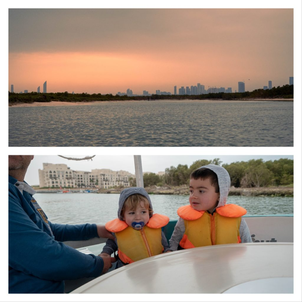 perspective sur Abu Dhabi depuis la mangrove. Enfants dans le donutboat