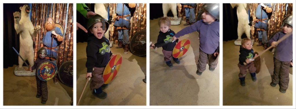 Les enfants s'amusent au musée des sagas.