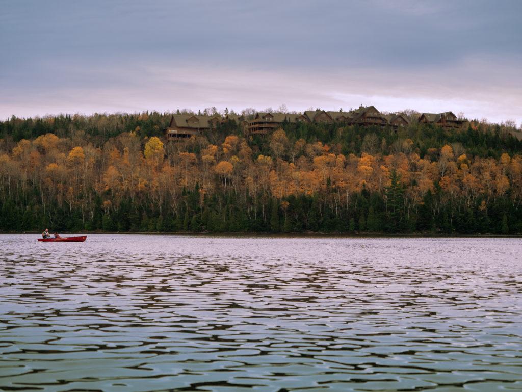 Café des voyageurs : lac sacacomie au Québec, Canada
